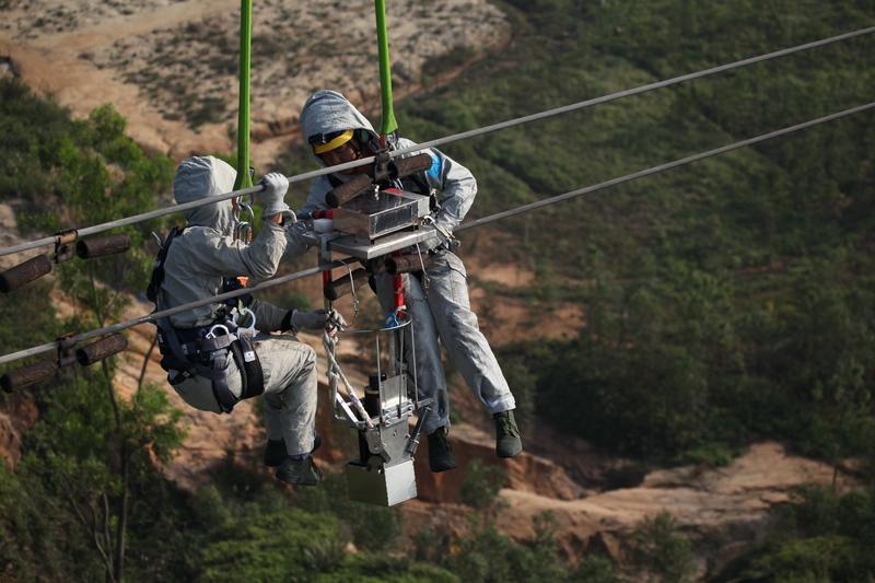 国内首次!直升机带电X光检测作业成功